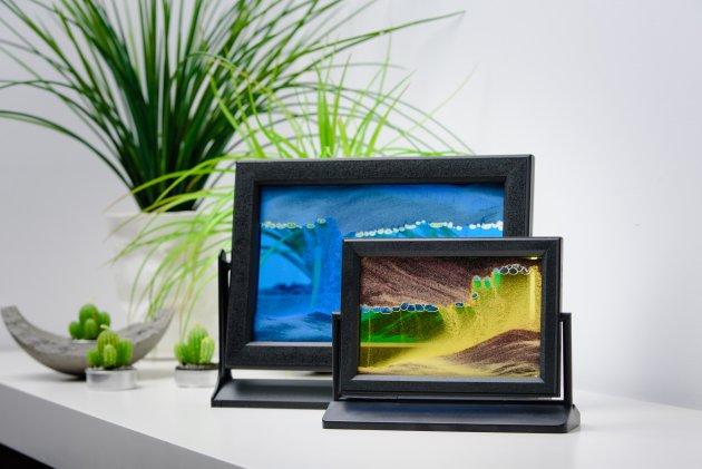 Malownicze obrazki piaskowe fimy Baz-Art w plastikowych, obrotowych ramkach na solidnym plastikowym statywie naszej produkcji