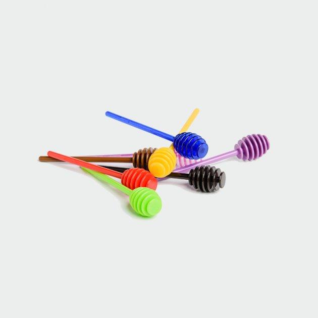 Plastikowe pałeczki do miodu w różnych kolorach: czerwona, żółta, zielona, brązowa, czarna, granatowa, fioletowa i różowa