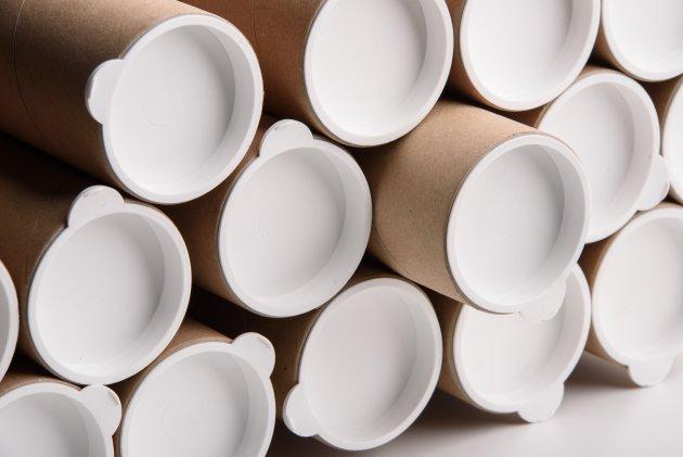 Zatyczki plastikowe o średnicy 60mm jako zaślepki na przykładowe tuby z szarej tektury