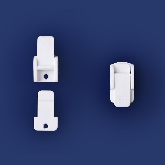 Biały, plastikowy języczek i biała, plastikowa zapadka oraz kompletne białe, plastikowe zapięcie