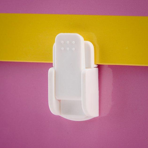Biały, plastikowy zamek zapadkowy, zamocowany do przykładowej teczki tekturowej