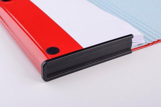 Czarny bok plastikowy zainstalowany na przykładowej teczce tekturowej
