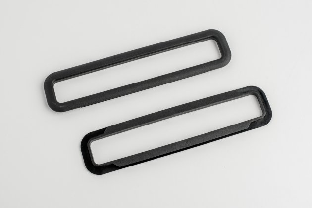 Plastikowe ramki do teczek tekturowych, obramowujące nasadę rączek plastikowych