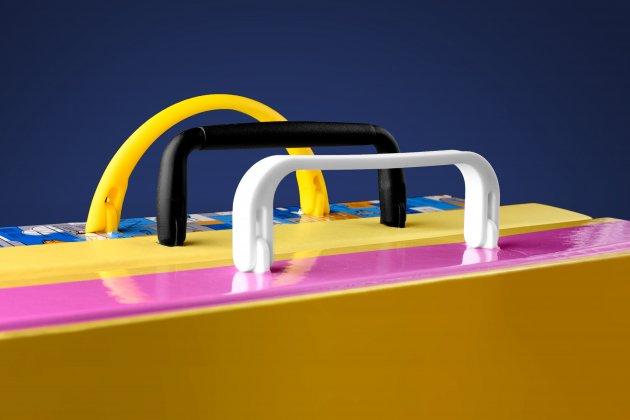 Plastikowe rączki do teczek z dwoma plastikowymi stopkami mocującymi do przykładowych teczek