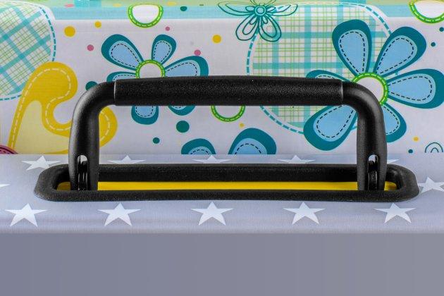 Plastikowa rączka do teczek z dwoma plastikowymi stopkami mocującymi do przykładowej teczki oraz ramką wokół stopek