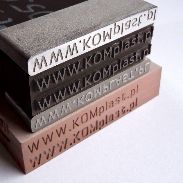 Usługi frezowania w metalu oraz elektrodrążenie w graficie na przykładzie napisu www.komplast.pl w pozytywie i negatywie